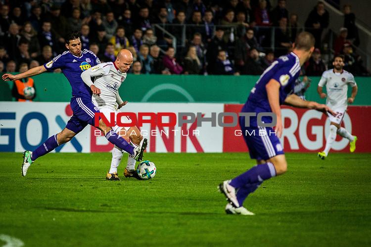 25.10.2017, Stadion an der Bremer Br&uuml;cke , Osnabr&uuml;ck, GER, DFB Pokal, Runde 2, VfL Osnabr&uuml;ck vs 1. FC N&uuml;rnberg<br /> , <br /> <br /> im Bild | pictures shows:<br /> Tobias Werner (1. FC Nuernberg #13) setzt sich durch, <br /> <br /> Foto &copy; nordphoto / Rauch
