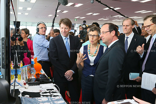 """June 7, 2013, Tokyo, Japan - France's President Francois Hollande observes a product using a new technology of information and communication during """"Innovons ensemble"""", at Shibuya Hikarie in Tokyo, Japan, June 7, 2013.  President Hollande is in Japan for a three-day state visit. (Photo by Yusuke Nakanishi/Pool/Abaca Presse)"""