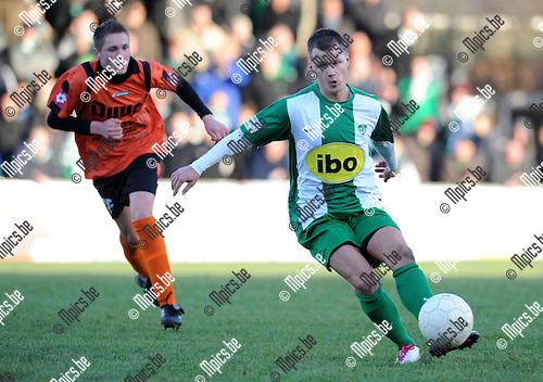 2011-01-09 / Voetbal / seizoen 2010-2011 / Willebroek-Meerhof - Racing Mechelen / Thomas Weydisch aan de bal..Foto: Mpics