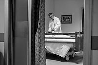Milano: reparto di malattie infettive dell'Ospedale Sacco.<br /> Un medico durante la visita ai pazienti<br /> <br /> <br /> <br /> Milan: Department of Infectious Diseases Sacco Hospital.