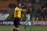 ATENÇÃO EDITOR: FOTO EMBARGADA PARA VEÍCULOS INTERNACIONAIS - SÃO PAULO, SP, 06 DE SETEMBRO DE 2012 - CAMPEONATO BRASILEIRO - PALMEIRAS x SPORT: Árbitro  Marcelo de Lima Henrique durante partida Palmeiras x Sport Recife, válida pela 22ª rodada do Campeonato Brasileiro no Estádio do Pacaembú. FOTO: LEVI BIANCO - BRAZIL PHOTO PRESS