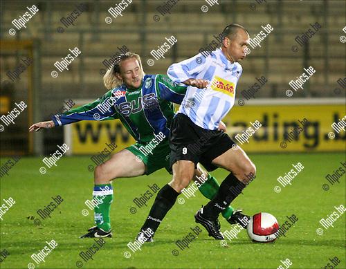 2008-10-04 / Voetbal / Verbroedering Geel-Meerhout - KSK Hasselt /  Mirek Waligora van Verbroedering Geel-Meerhout met Kris Vincken van Hasselt in de rug..Foto: Maarten Straetemans (SMB)