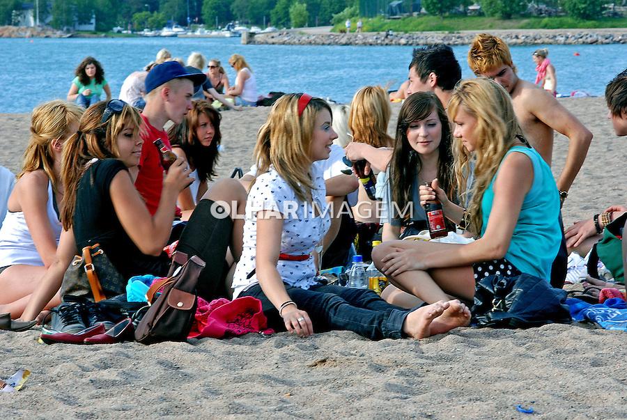 Jovens na praia de Helsinki. Finlândia. 2007. Foto de Vinicius Romanini.