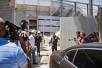 CURITIBA, PR, 21.01.2014 - VISITA FIFA ARENA DE CURITIBA - Chegada da comitiva da FIFA na arena da baixada, estádio que sediará 4 jogos da Copa do Mundo em Junho, região central de Curitiba,nesta terça-feira, 21. A impressa não pode acompanhar a visita dentro do estádio. (Foto: Paulo Lisboa / Brazil Photo Press)