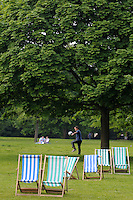 LONDON-UK- 24-05-2008. Sillas playeras en el Hyde Park, Londres.Beach chairs in the Hyde Park, London. Photo: VizzorImage
