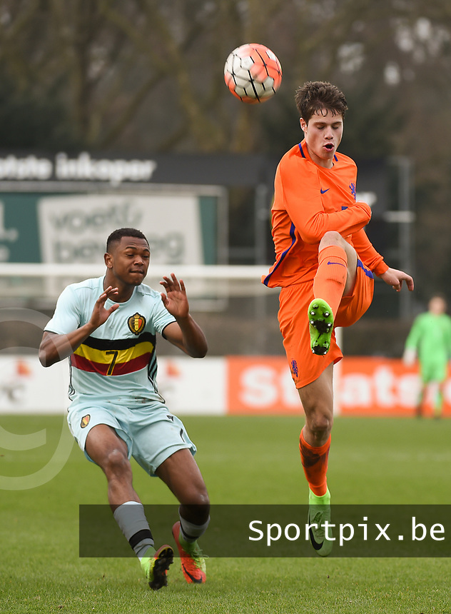 20170314 - UDEN , NETHERLANDS : Dutch Kik Pierie (R) and Belgian Ikoma Lois Openda (L) pictured during the UEFA Under 17 Elite round game between The Netherlands U17 and Belgium U17, on the first matchday in group 5 of the Uefa Under 17 elite round in The Netherlands , tuesday 14 th March 2017 . PHOTO SPORTPIX.BE | DIRK VUYLSTEKE