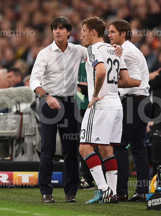 Fussball International EM 2016-Qualifikation  Gruppe D  in Gelsenkirchen 14.10.2014 Deutschland - Irland Bundestrainer Joachim Loew (links) wechselt Max Kruse (rechts beide Deutschland) ein.