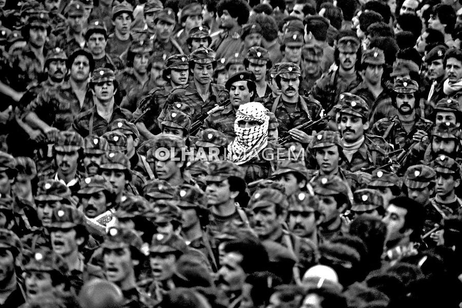 Desfile de militares palestinos em Beirute, Libano. 1982. Foto de Juca Martins.
