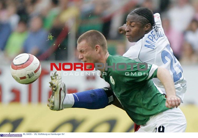 BL 04/05 -  Rueckrunde 31.Spieltag<br /> <br /> VfL Wolfsburg vs Hamburger SV<br /> <br /> Der Hamburger Emile Mpenza kaempft mit Kevin Hofland um den Ball.<br /> <br /> Foto &copy; nordphoto - Anja Heinemann<br /> <br /> <br /> <br /> <br /> <br /> <br /> <br />  *** Local Caption *** Foto ist honorarpflichtig! zzgl. gesetzl. MwSt.<br /> <br /> Belegexemplar erforderlich<br /> <br /> Adresse: nordphoto<br /> <br /> Georg-Reinke-Strasse 1<br /> <br /> 49377 Vechta