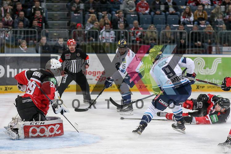 Koelns Shawn Lalonde (Nr.9) am Boden im Zweikampf gegen Ingolstadts John Laliberte (Nr.15), Ingolstadts Brandon Buck (Nr.9) mit einer Chance gegen Koelns Gustaf Wesslau (Nr.29)  beim Spiel in der DEL, Koelner Haie - ERC Ingolstadt.<br /> <br /> Foto &copy; PIX-Sportfotos *** Foto ist honorarpflichtig! *** Auf Anfrage in hoeherer Qualitaet/Aufloesung. Belegexemplar erbeten. Veroeffentlichung ausschliesslich fuer journalistisch-publizistische Zwecke. For editorial use only.