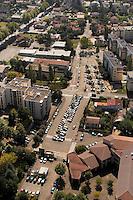 Paysage sub-urbain et stationnement des vehicules..Suburban landscape and parking of the vehicles.