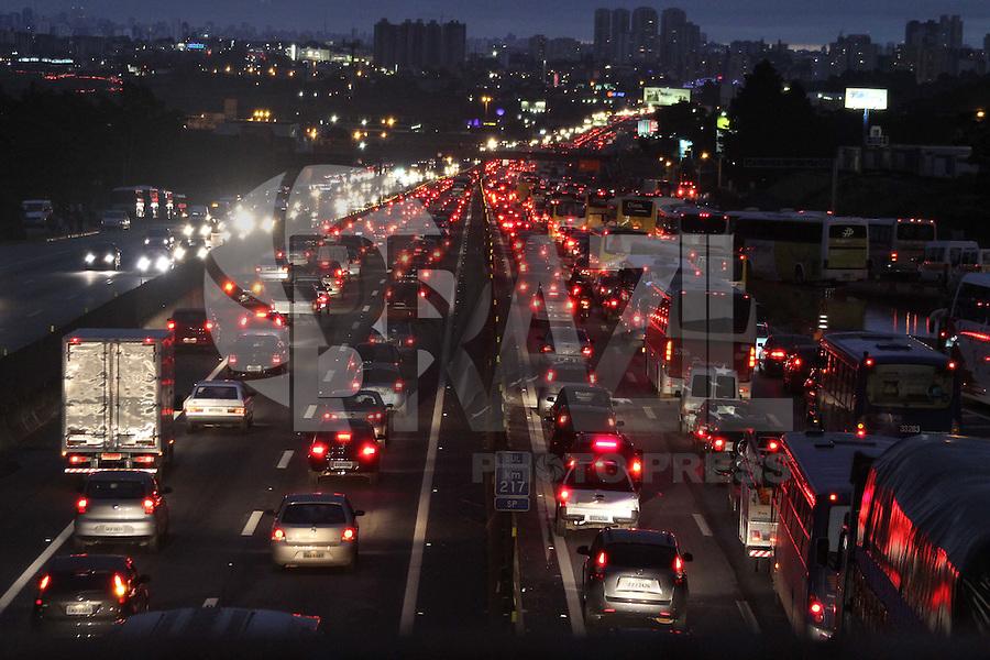 GUARULHOS, SP, 01.01.2012 - TRÂNSITO-SP - Trânsito na rodovia presidente Dutra em Guarulhos. (Foto: Luiz Guarnieri/Brazil Photo Press)