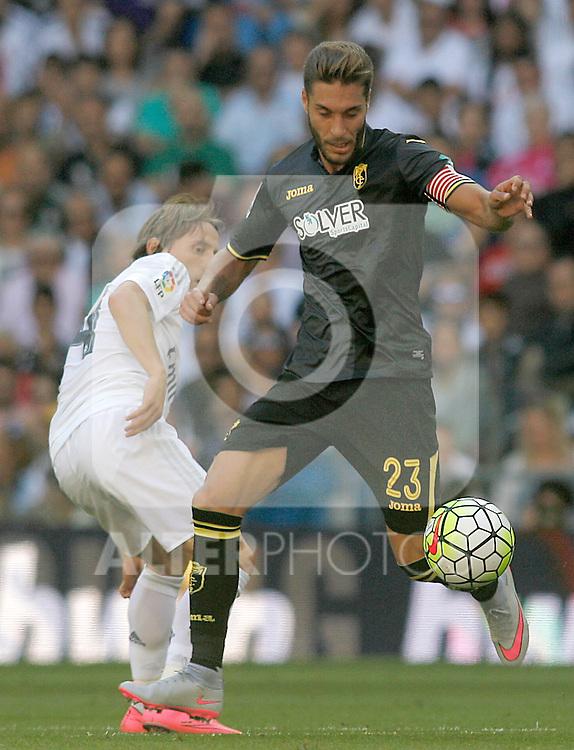 Real Madrid's Luka Modric (l) and Granada's Ruben Rochina during La Liga match. September 19,2015. (ALTERPHOTOS/Acero)