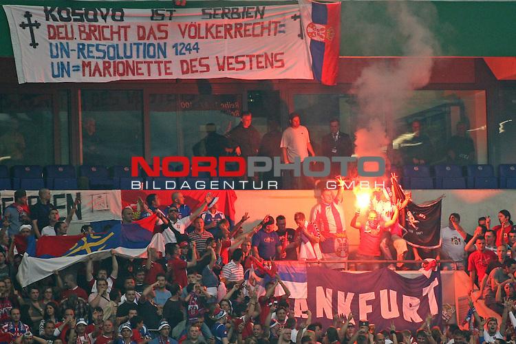UEFA Euro 2008 Test - Deutschland (GER) vs. Serbien ( SRB ) 2 - 1 am 31.05.2008 in Gelsenkirchen - Auf Schalke<br /> Freundschaftsspiel - Friendlymatch<br /> <br /> Eine bengalische Fackel brennt neben einem provokanten Banner im Block der G&auml;ste aus Serbien.<br /> <br /> Foto &copy; nph (  nordphoto  ) *** Local Caption ***