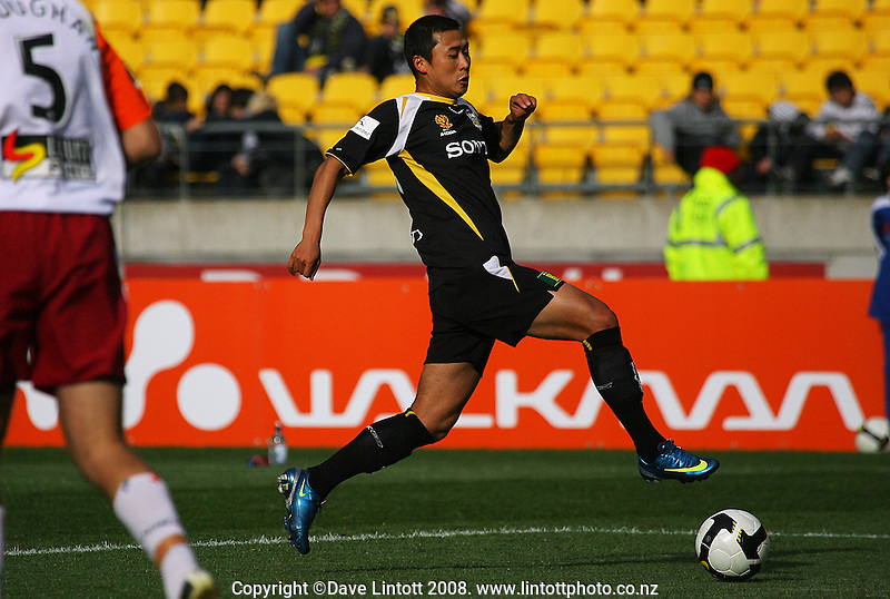 Leilei Gao in action during the A-League football match between the Wellington Phoenix and Queensland Roar at Westpac Stadium, Wellington. Sunday, 26 October 2008. Photo: Dave Lintott / lintottphoto.co.nz