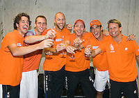 21-9-08, Netherlands, Apeldoorn, Tennis, Daviscup NL-Zuid Korea, :  The Duch team celebrates their way in the worldgroup, ltr: Robin Haase, Thiemo de Bakker, peter Wessels,Matwe Middelkoop, jesse Huta Galung and captain Jan Siemerink