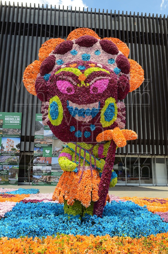 MEDELLÍN - COLOMBIA, 06-08-2015. Los Gigantes de Flores son una de las primeras atracciones que se pueden ver en Feria de las Flores 2015 que se lleva cabo cada año en la ciudad de Medellín, Colombia. Este año el tema de los Gigantes de Flores fue las fiestas nacionales de Colombia./ The Giants Flowers are one of the first attractions to enjoy on the Feria de las Flores 2015 that held every year in Medellin, Colombia. This year the issue is the traditional festivals of Colombia.  Photo: VizzorImage/ León Monsalve /STR
