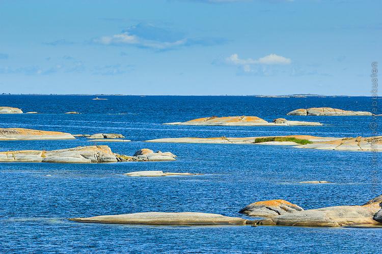 Låga skär vid Kallskär i Stockholms skärgård med havet och horisonten. / Low skerries in the Stockholm archipelago in Sweden.