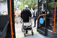 Reinhard Blüm (Leiter Verkehrsbetrieb Stadtwerke Rüsselsheim) erklärt den Senioren des Haus am Ostpark den richtigen Umgang beim Einsteigen in die Busse der Stadtwerke, Josef Gassmann demonstriert es mit seinem Rollator