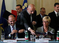 Angelino Alfano e Roberta Pinotti durante la  firma del protocollo per il passaggio della caserma Bixio alla scuola della Nunziatella