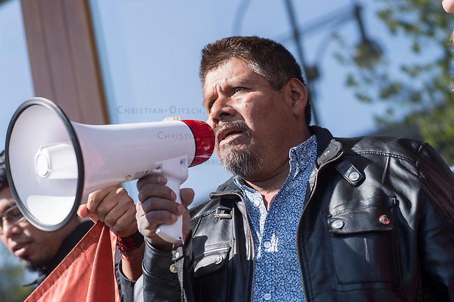 Am Donnerstag den 23. April 2015 protestierten Angehoerige und Freunde von 43 Studenten die im September 2014 Mexiko ermordet wurden vor der mexikanischen Botschaft in Berlin.<br /> Polizisten hatten die Studenten in der Stadt Iguala entfuehrt und sie der kriminellen Organisation &quot;Guerreros Unidos&quot; uebergeben. Der Mord wurde bis heute nicht aufgeklaert und die mexikanische Regierung behindert bis heute die Aufklaerung.<br /> Die Demonstranten forderten endlich eine Aufklaerung ueber die Morde und dass die Verantwortlichen zur Rechenschaft gezogen werden.<br /> Im Bild: Eleucadio Ortega Carlos, Vater des ermordeten Studenten Mauricio Ortega Valerio.<br /> 23.4.2015, Berlin<br /> Copyright: Christian-Ditsch.de<br /> [Inhaltsveraendernde Manipulation des Fotos nur nach ausdruecklicher Genehmigung des Fotografen. Vereinbarungen ueber Abtretung von Persoenlichkeitsrechten/Model Release der abgebildeten Person/Personen liegen nicht vor. NO MODEL RELEASE! Nur fuer Redaktionelle Zwecke. Don't publish without copyright Christian-Ditsch.de, Veroeffentlichung nur mit Fotografennennung, sowie gegen Honorar, MwSt. und Beleg. Konto: I N G - D i B a, IBAN DE58500105175400192269, BIC INGDDEFFXXX, Kontakt: post@christian-ditsch.de<br /> Bei der Bearbeitung der Dateiinformationen darf die Urheberkennzeichnung in den EXIF- und  IPTC-Daten nicht entfernt werden, diese sind in digitalen Medien nach &sect;95c UrhG rechtlich geschuetzt. Der Urhebervermerk wird gemaess &sect;13 UrhG verlangt.]