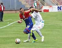 el jugador Jerry Ortiz (blanco) del Cortuluá marca al Uruguayo  Jorge Ramírez Froste