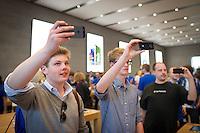 Berlin,Kunden des neuen Applestores am Kurfuerstendamm Christian fotografieren am Freitag (03.05.13)  in Berlin im neuen Applestore am Kurfuerstendamm. Foto: Timur Emek/CommonLens