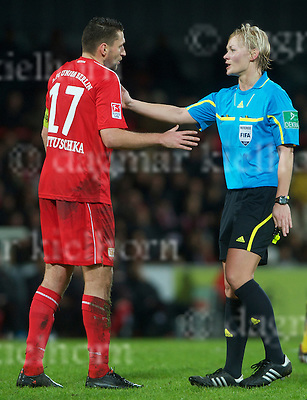 January 14-10,Stadium Alte Foersterei,Berlin,Germany.2nd Bundesliga 10/11,Soccer,1. FC Union Berlin  vs Alemannia Aachen.Referee Bibiana Steinhaus argues with Union`s #17,Torsten Mattuschka during the game
