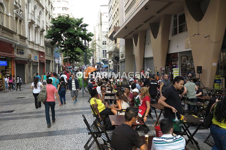 Pedestres na rua e pessoas no bar, rua Barao de Itapetininga, sao Paulo. 2017. Foto de Juca Martins.
