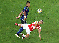 BOGOTA - COLOMBIA - 9-05-2015: Fernando Uribe  de Millonarios disputa el balon con Juan Roa  , durante partido  por la fecha 20  entre Independiente Santde Independiente partido de la Liga Aguila I-2015, en el estadio Nemesio Camacho El Campin  de la ciudad de Bogota. / Fernando Uribe   of Millonarios  fights the ball l against Juan Roa  of Independiente Santa Fe  , during an  match of the 20 date between Independiente Santa Fe and Millonarios for the Liga Aguila I -2015 at the Nemesio Camacho El Campin   Stadium in Bogota city, Photo: VizzorImage / Felipe Caicedo / Staff.