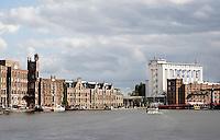 Nederland Wormer 2015. Oude pakhuizen langs de Zaan in Wormer. Rechts de Lassi fabriek. Foto Berlinda van Dam / Hollandse Hoogte