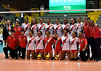 BOGOTÁ-COLOMBIA, 07-01-2020: Jugadoras de Perú, posan para una foto antes de partido entre Argentina y Perú, en el Preolímpico Suramericano de Voleibol, clasificatorio a los Juegos Olímpicos Tokio 2020, jugado en el Coliseo del Salitre en la ciudad de Bogotá del 7 al 9 de enero de 2020. / Player from Perúpose for a photo prior a match between Argentina and Peru, in the South American Volleyball Pre-Olympic Championship, qualifier for the Tokyo 2020 Olympic Games, played in the Colosseum El Salitre in Bogota city, from January 7 to 9, 2020. Photo: VizzorImage / Luis Ramírez / Staff.