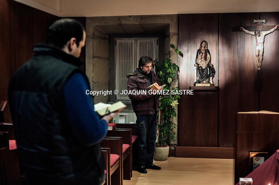 Juan y Raul dos seminaristas practican las lecturas para la eucaristia diaria que tiene lugar antes de la cena en el Seminario de Corban.