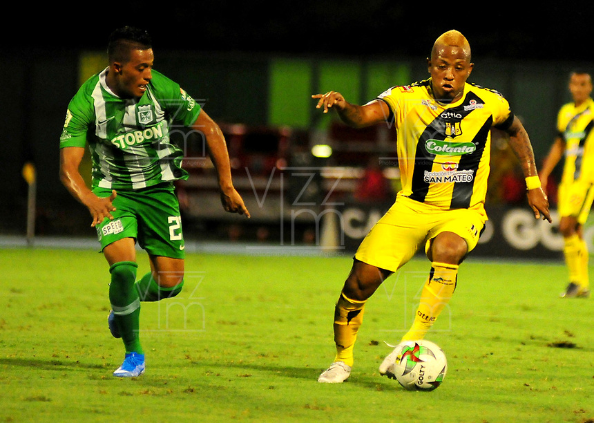 BARRANCABERMEJA- COLOMBIA, 02-10-2019: Jhon Vásquez de Alianza Petrolera y Sebastián Gómez de Atlético Nacional, disputan el balón durante partido entre Alianza Petrolera y Atlético Nacional de la fecha 14 por la Liga Águila II 2019  en el estadio Daniel Villa Zapata en la ciudad de Barrancabermeja. / Jhon Vasquez of Alianza Petrolera and Sebastian Gomez of Atletico Nacional figths the ball with during a match between Alianza Petrolera and Atletico Nacional of the 14th date for the Liga Águila II 2019 at the Daniel Villa Zapata stadium in Barrancabermeja city. Photo: VizzorImage  / José D Martínez / Cont.