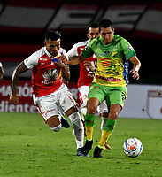 BOGOTA - COLOMBIA - 17 - 03 - 2018: Wilson Morelo (Izq.) jugador de Independiente Santa Fe, disputa el balón con Eddie Segura (Der.) jugador de Atletico Huila, durante partido de la fecha 9 entre Independiente Santa Fe y Atletico Huila, por la Liga Aguila I 2018, en el estadio Nemesio Camacho El Campin de la ciudad de Bogota. / Wilson Morelo (Izq.) player of Independiente Santa Fe struggles for the ball with Eddie Segura (R) player of Atletico Huila, during a match of the 9th date between Independiente Santa Fe and Atletico Huila, for the Liga Aguila I 2018 at the Nemesio Camacho El Campin Stadium in Bogota city, Photo: VizzorImage / Luis Ramirez / Staff.