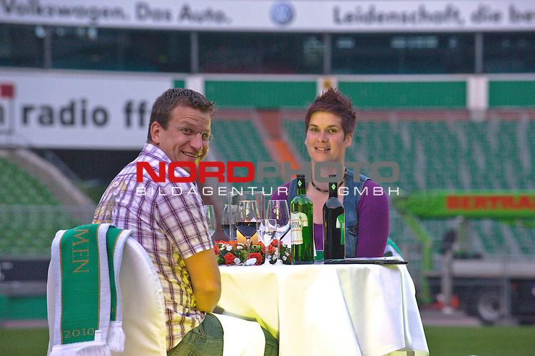 29.04.2010, Weser Stadion, Bremen, GER, Verliebt in Fußball - Dinner im Mittelkreis, im Bild Katrin und Maik Preuße aus Pinneberg Foto © nph / Kokenge