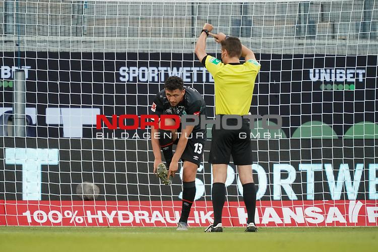 Milos Veljkovic (Werder Bremen #13), Dr. Felix Brych (SR) (Schiedsrichter / Referee) zeigt auf die UHr<br /> <br /> <br /> Sport: nphgm001: Fussball: 1. Bundesliga: Saison 19/20: Relegation 02; 1.FC Heidenheim vs SV Werder Bremen - 06.07.2020<br /> <br /> Foto: gumzmedia/nordphoto/POOL <br /> <br /> DFL regulations prohibit any use of photographs as image sequences and/or quasi-video.<br /> EDITORIAL USE ONLY<br /> National and international News-Agencies OUT.