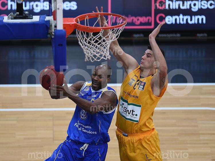 BEKO Basketball 1. Bundesliga 2014/2015  6. Spieltag Walter Tigers Tuebingen - Loewen Braunschweig       24.10.2014 Derrick Allen (li, Braunschweig ) gegen Bogdan Radosavljevic (Tigers)
