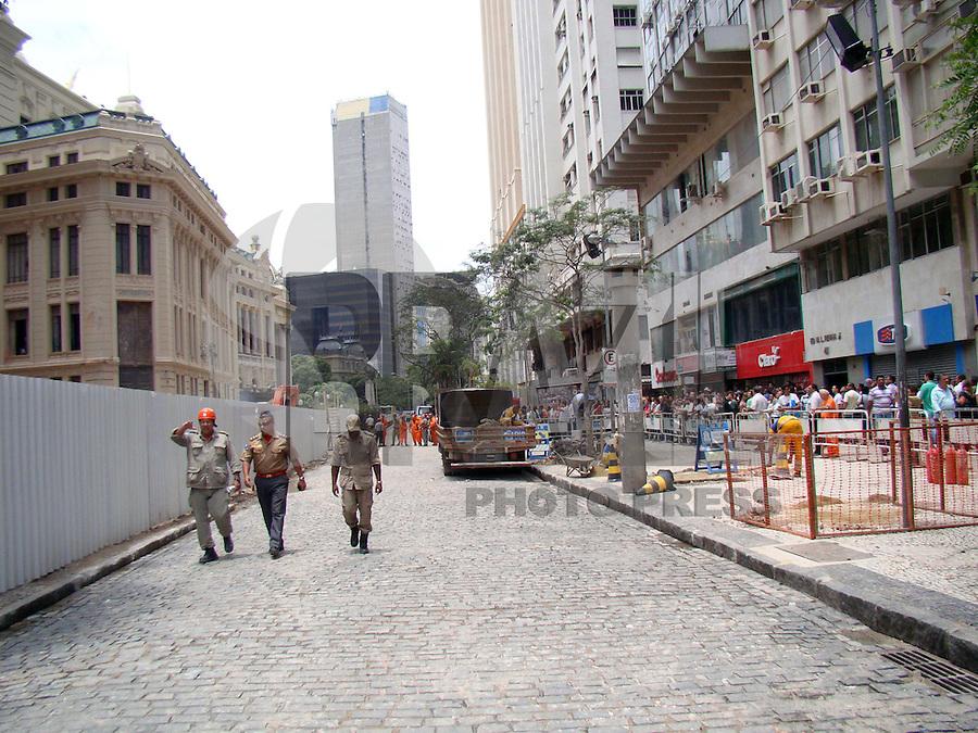 RIO DE JANEIRO, RJ, 30 DE JANEIRO DE 2012 - DESABAMENTO PREDIO RIO DE JANEIRO - A liberação do local onde três prédios desabaram no centro do Rio de Janeiro, nesta segunda-feira (30), atraiu a atenção de muitos curiosos. Dezenas de pessoas que trabalham nas proximidades ou que simplesmente estavam de passagem pararam para ver o resultado da tragédia. O desmoronamento deixou 17 mortos e cinco desaparecidos. Seis pessoas ficaram feridas (FOTO: RONALDO BRANDAO - NEWS FREE).