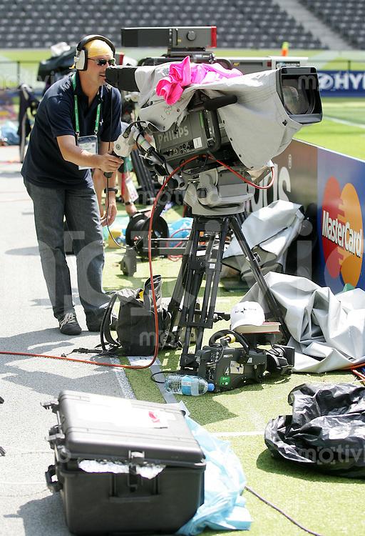 Fussball WM 2006 Finale, 24 Stunden Finale in Berlin, Italien - Frankreich, 14.15 Uhr ein Kamermann bei der Fernsehprobe.