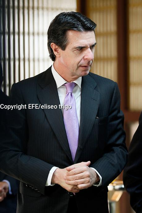 Fecha: 02-10-2012. (Lugo), El Ministro Soria visita la factoria de Alcoa en San Cibrao. En la imagen un momento de la visita mientras miraban una maqueta de la fabrica.