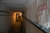 Tunnel zwischen den Gebäuden und den Raketenschächten / Underground tunnel between the buildings and shafts.