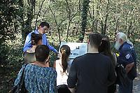 Gedenktafel auf dem Weg zur Gedenkstätte wird den Besuchern erklärt