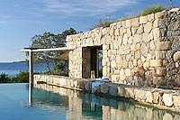 Une bergerie les pieds dans l'eau, puis deux, trois maisons de vacances sont nées au bord d'une crique de Corse du Sud, composant un hameau rustique chic.