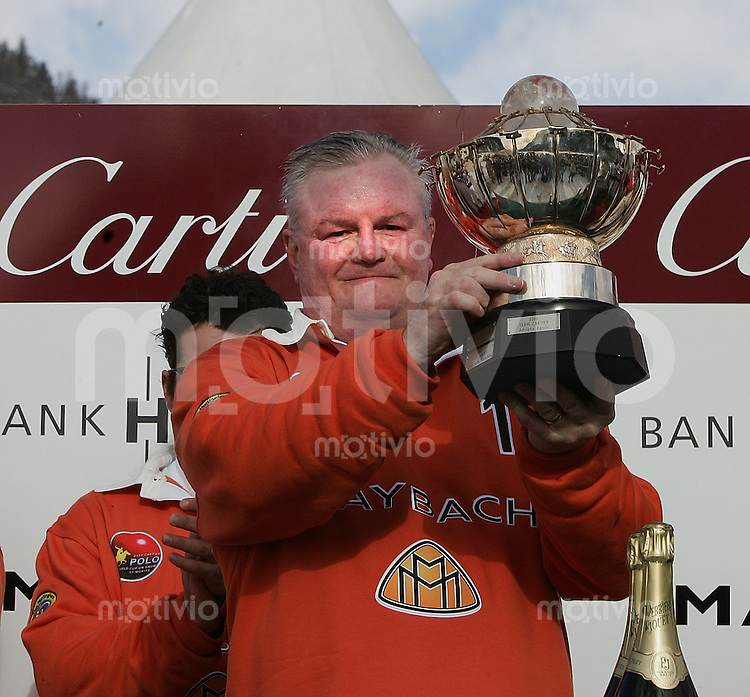 Polosport 21 Cartier Poloturnier St Moritz 2005 Team Maybach gegen Team Cartier Siegerbild Team Maybach ; Teamkaptain Simon Holley (UK) mit der Nestle Nespresso Trophy
