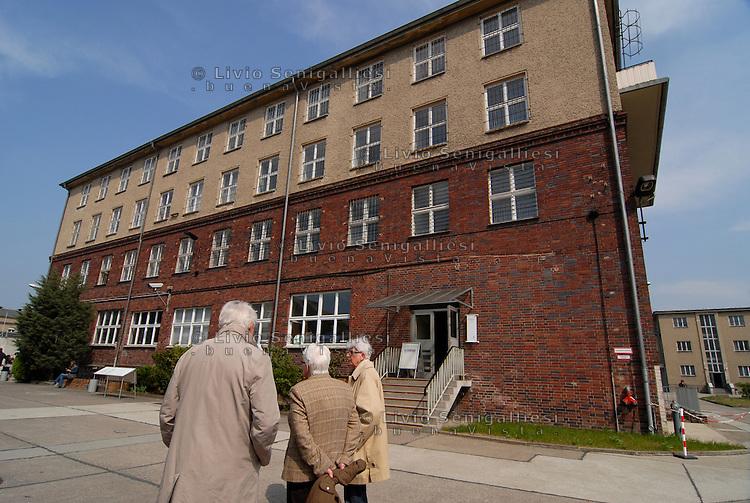 Berlin / Germany 2009<br /> Berlin-Hohenschönhausen Memorial.<br /> Veduta della prigione della STASI alla periferia di Berlino Est. Nella foto alcuni ex-detenuti. Per vari decenni è stato il luogo in cui venivano incarcerati i dissidenti e coloro che cercavano di fuggire dalla DDR. Dopo la caduta del Muro la prigione è stata chiusa. Ora è un Museo dove alcuni ex-detenuti accompagnano migliaia di studenti e di turisti raccontando le condizioni di vita e gli interrogatori subiti durante le lunghe detenzioni.<br /> View of the underground corridors of the prison of the Stasi on the outskirts of East Berlin. For several decades it has been the place where they were imprisoned dissidents and those who tried to escape from the GDR. After the fall of the Berlin Wall the prison was closed. It is now a museum where some former prisoners accompany thousands of students and tourists describing the living conditions and interrogation occurred during the long-term detention. <br /> Photo Livio Senigalliesi