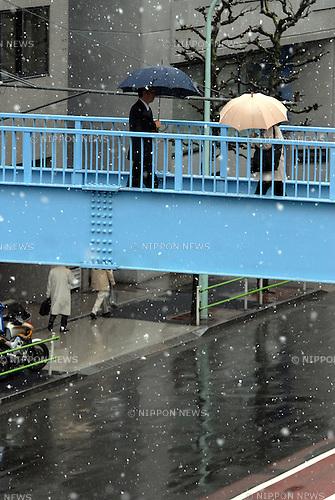 People walk amidst snow fall in Tokyo. 27 February, 2009. (Taro Fujimoto/JapanToday/Nippon News)