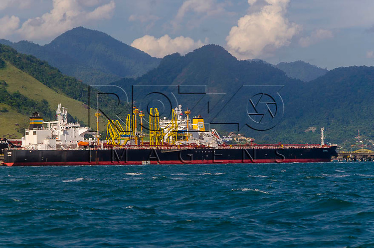 Navio petroleiro na baía de  Ilha Grande, Angra dos Reis - RJ, 01/2014.