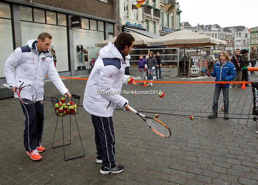 09-02-12, Netherlands,Tennis, Den Bosch, Daviscup Netherlands-Finland, Straattennis met Jean-Julien Rojer en Thiemo de Bakker(L)