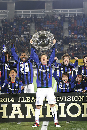 Yasuhito Endo (Gamba),<br /> DECEMBER 6, 2014 - Football / Soccer :<br /> Yasuhito Endo of Gamba Osaka holds up the trophy as he celebrates their league title with teammates after the 2014 J.League Division 1 match between Tokushima Vortis 0-0 Gamba Osaka at Naruto Otsuka Sports Park Pocarisweat Stadium in Tokushima, Japan. (Photo by Kenzaburo Matsuoka/AFLO)